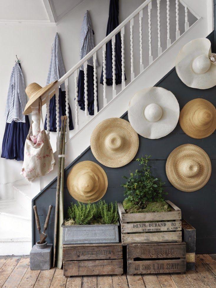 Accrochés au mur de lescalier pour y être rangés les chapeaux deviennent finalement