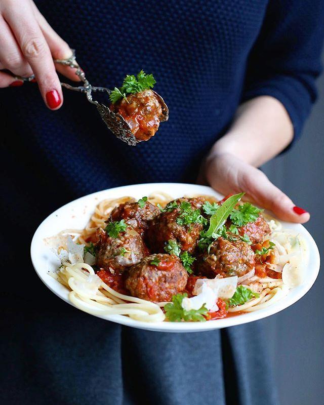 Kogo dopadł wilczy głód? 😵 Przepis na sycący makaron już na @makelifeeasier_pl (link znajdziecie w profilu!) #pasta #burczymiwbrzuchu #kuchniawloska #meatballs