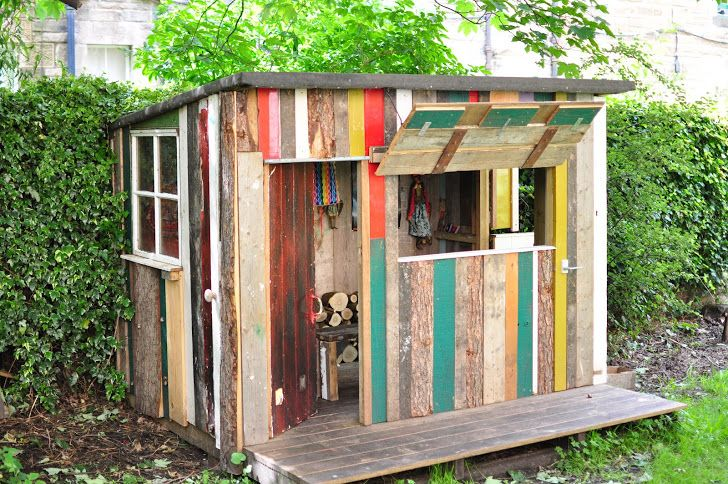 Playhouse from pallets kinderen in de tuin pinterest for Building a wendy house from pallets
