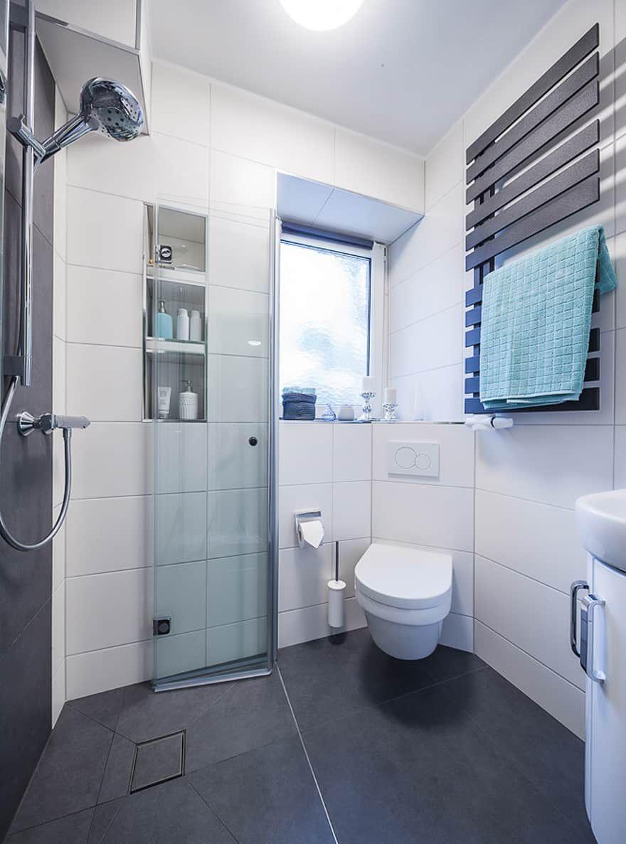 Badezimmer Ideen Design Und Bilder In 2020 Helle Badezimmer Badezimmer Klein Und Bad Bilder