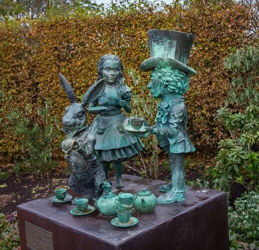 887dc4b5bae5a36d2b4b938c7d3eeac1 - Hamilton Gardens New Zealand Alice In Wonderland