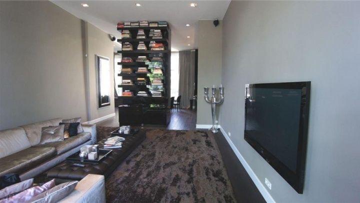 Aan andere van scheidingswand keuken - huiskamer staat de boekenkast ...