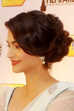 Exquisite Bollywood Hairstyle Sonam Kapoor S Wistful Waves In Hair Perfect For The Girl Who Loves A Good Ro Stylish Hair Hairdo Wedding Bollywood Hairstyles