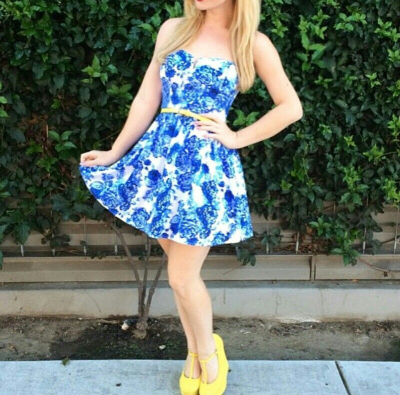 Amanda Bynes White Converse Shoes und Yellow Dress In Blue