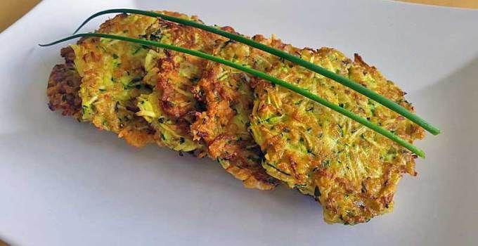 Zucchinipuffer mit Schnittlauchdeko