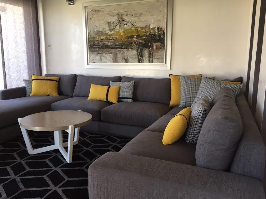 Salon moderne – canapé gris – design – architecture d\'intérieur ...