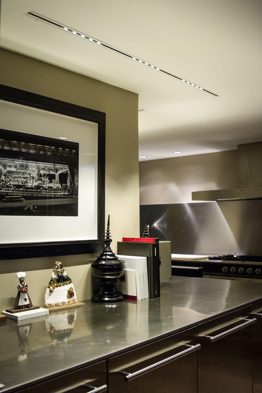 Iluminaci n minimalista indirecta en cocina de una - Iluminacion en cocinas ...