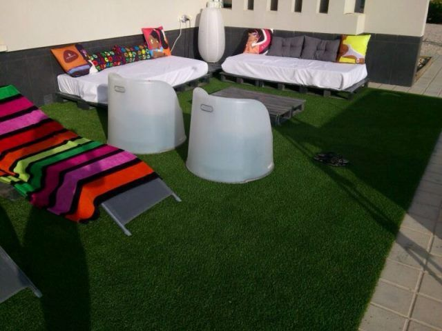Rinc n chill out con palets cojines y cesped artificial - Terraza con cesped artificial ...