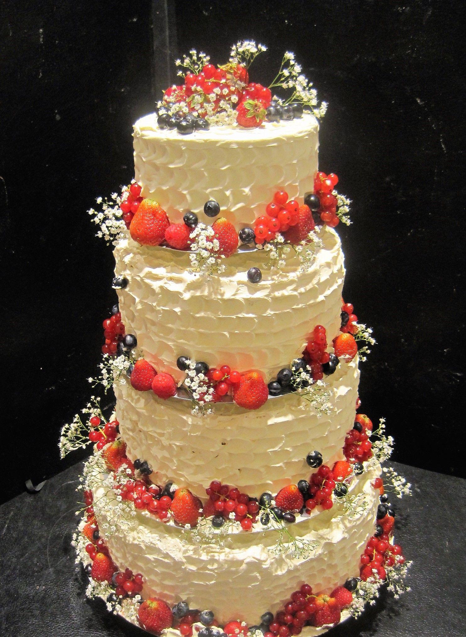 Naked cake hochzeitstorte mit buttercreme eingestrichen und mit frischen beeren dekoriert - Hochzeitstorte dekorieren ...