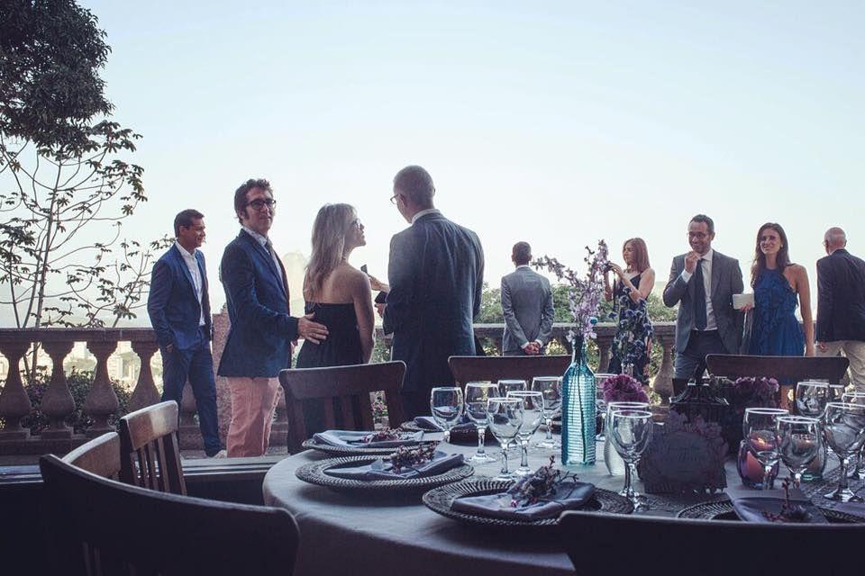 Enquanto os convidados esperam os noivos, podem apreciar a beleza da baía de Guanabara. Nossa mesa posta linda e maravilhosa completa a lindeza da foto #ohlindeza #conceptwedding #casamento #wedding #weddingphotography #weddingparty #festadecasamento #diadosim #recebercomcharme #mesaposta #mesadosconvidados #identidadevisual #direcaodearte #riodejaneiro #decoracaodecasamento #weddingdecor
