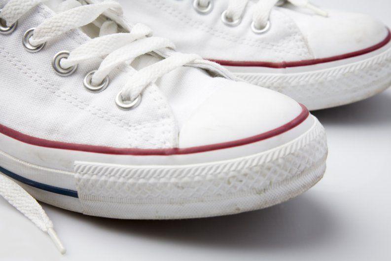 e8e8adf2ac8 ¿Quieres usar tus tenis blancos pero están manchados  Existen muchos  productos que prometen limpiarlos y dejarlos como nuevos