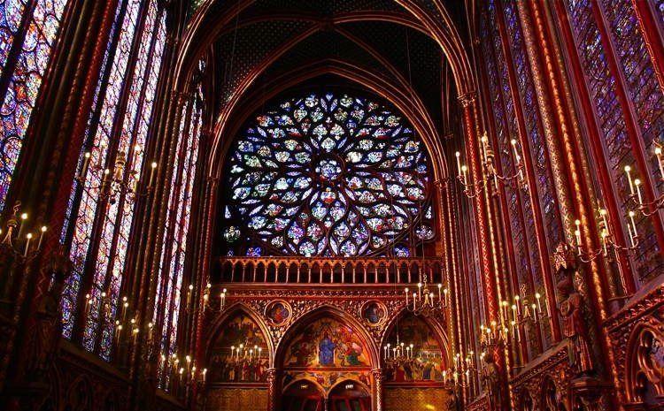 El vitral sustituyó a la pintura mural que se había desarrollado durante el periodo románico cuando la pintura a gran formato era un arte complementario