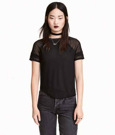 Black/mesh. Top in airy jersey with a sheen. Short raglan sleeves.