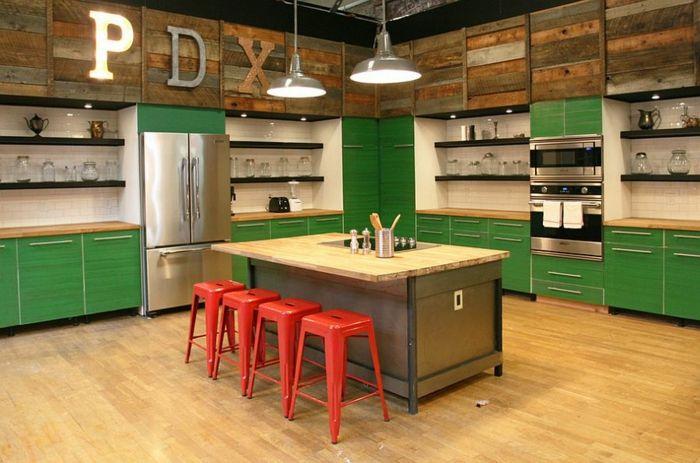 kücheneinrichtung grüne küchenschränke rote barhocker farben - küchen farben trend