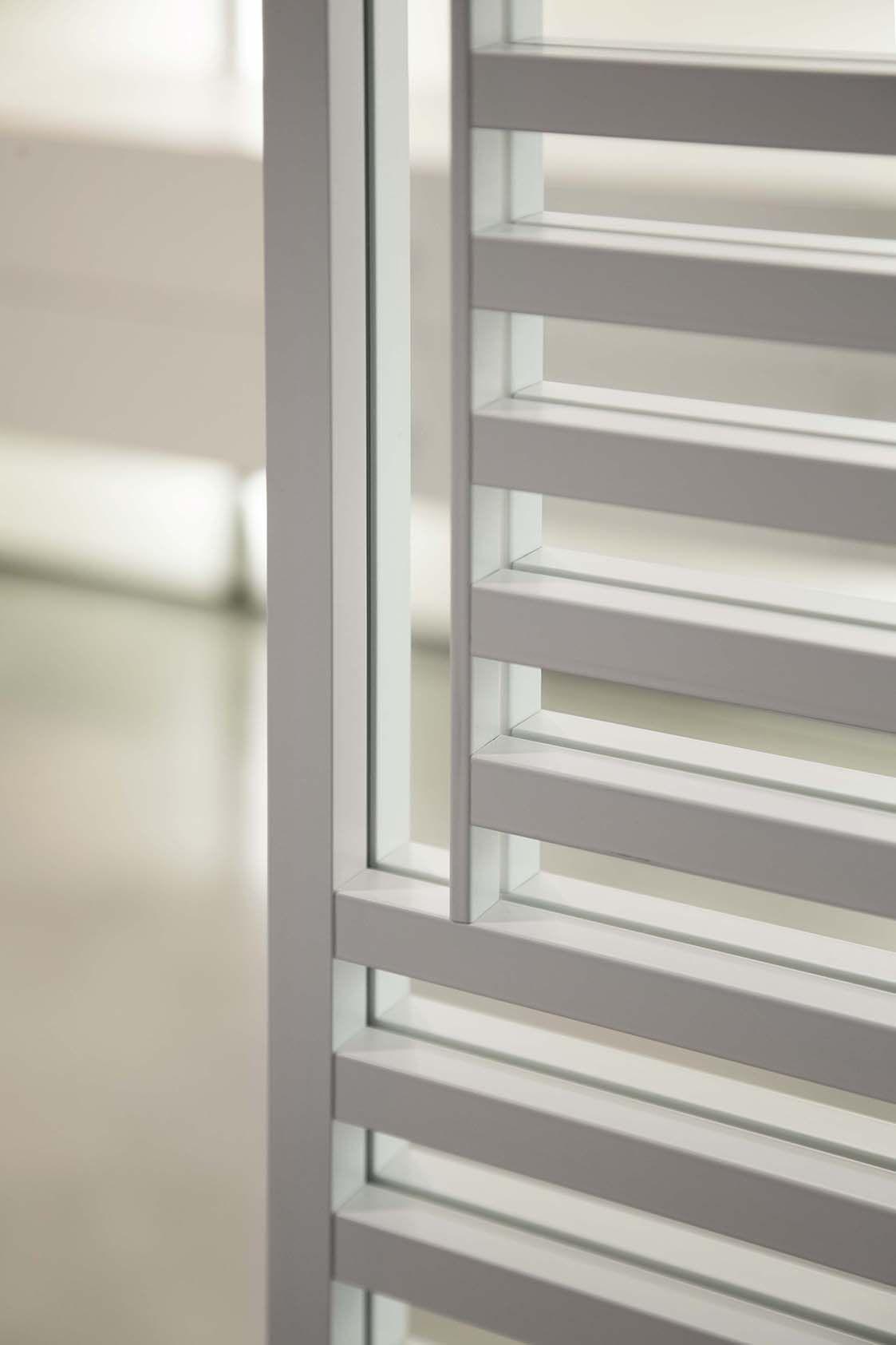 Dettaglio maniglia porta scorrevole in vetro neutro e alluminio bianco porte modello line - Pulizia specchio reflex ...