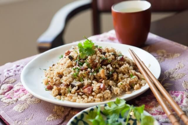 Pressure Cooker Recipe: Chinese Sausage and Brown Rice. Diced dried shrimp, mushrooms and Chinese sausage with brown rice. Cook 30 minutes in pressure cooker. ~ http://steamykitchen.com