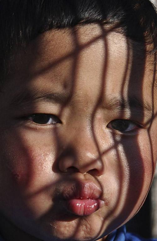 El niño detrás de la sombra