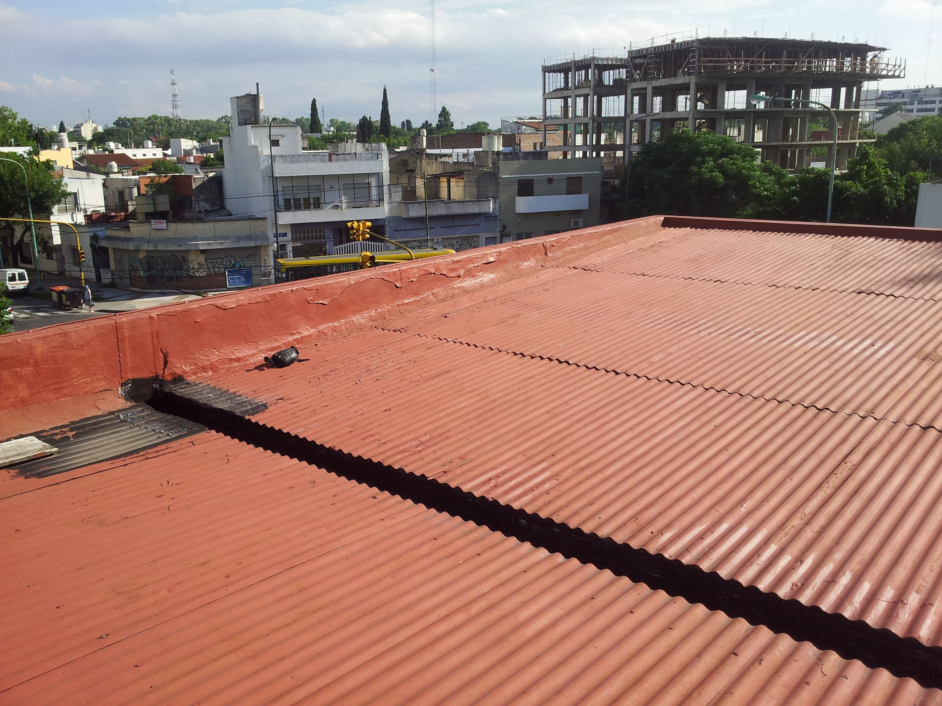 Techo de chapa ondulada pintado para que no filtre for Modelos de yeso para techos