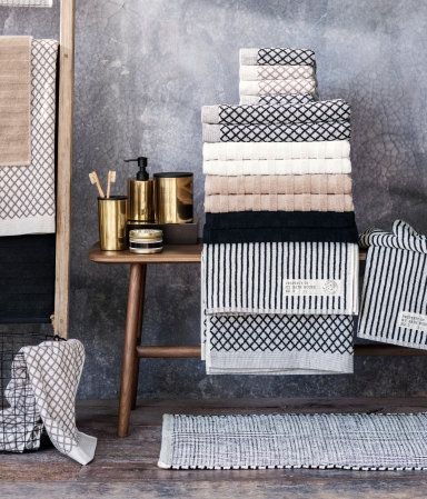 Towels In Classic Elegance With Graphic Prints In Black And Navy