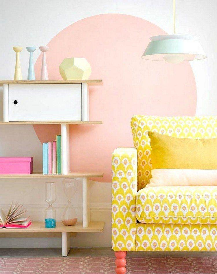 großer Kreis in rosa hinter einem gelben Sofa wohnzimmer - wohnzimmer rosa streichen