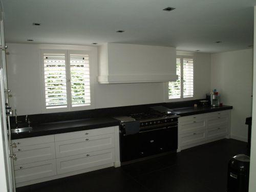 Witte landelijk moderne keuken met lacanche fornuis en houten laden kleur fronten gelakt in - Moderne keuken kleur ...