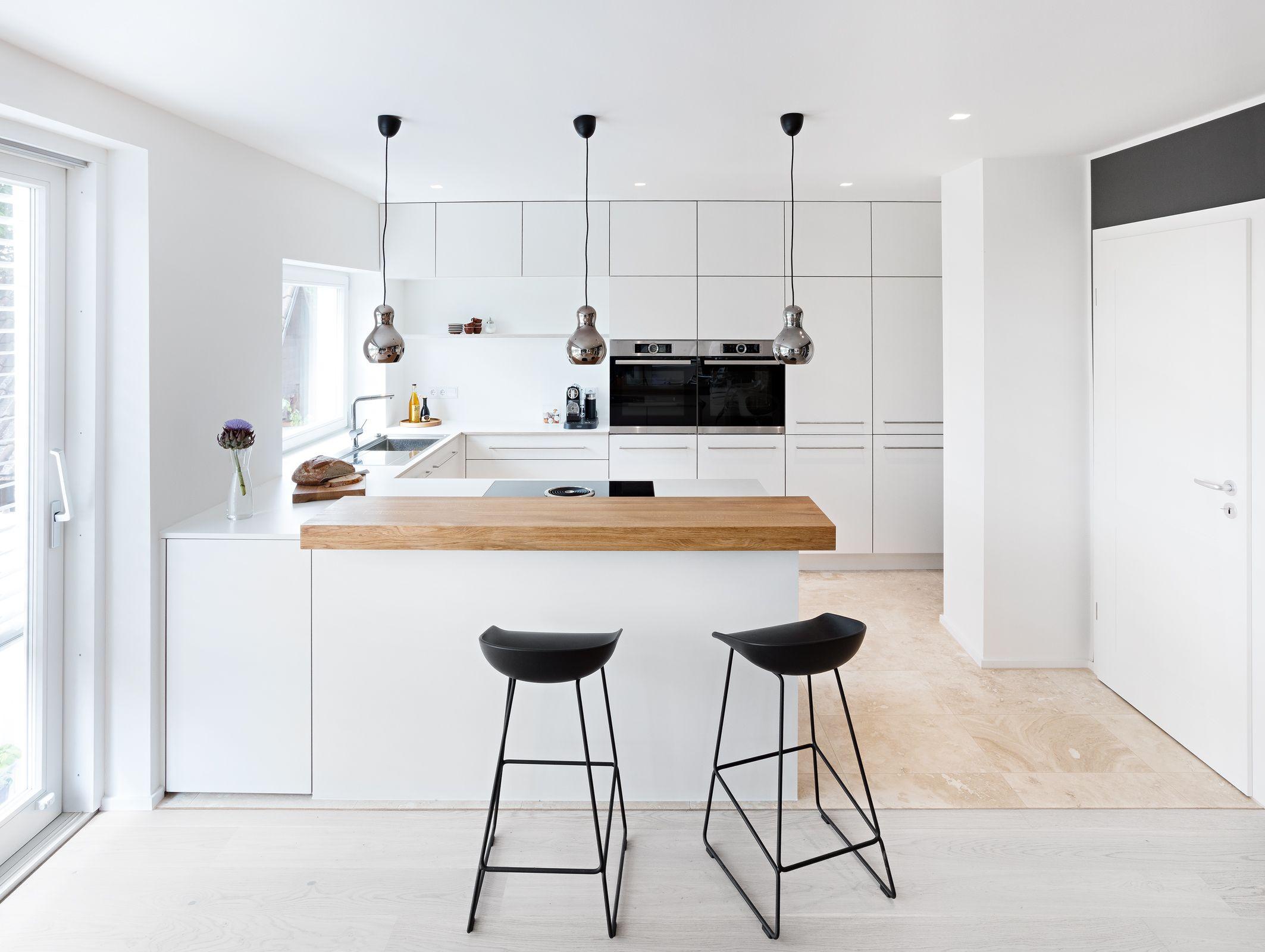 Weiße Küche in modernem Design mit Edelstahlgriffen ...