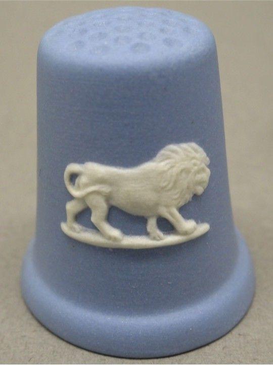Leo. Horoscope. Jasperware withe on blue. Wedgwood. Thimble-Dedal-Fingerhut.