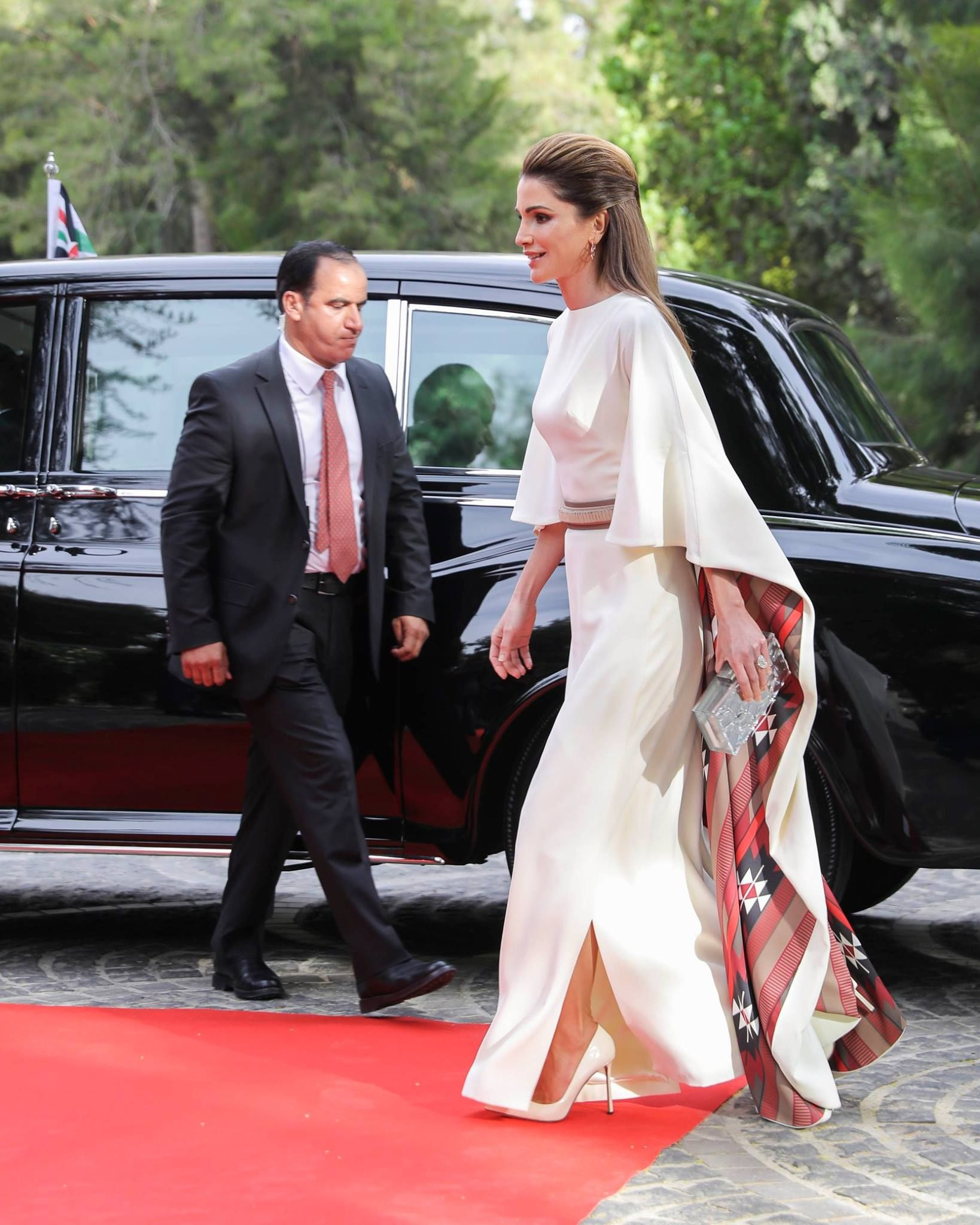 Queen Rania Of Jordan Attends Celebrations For The 71st Anniversary Of Jordan S Independence At Raghadan Palace On 25 May 2 Fashion Royal Fashion Royal Dresses [ 2048 x 1638 Pixel ]