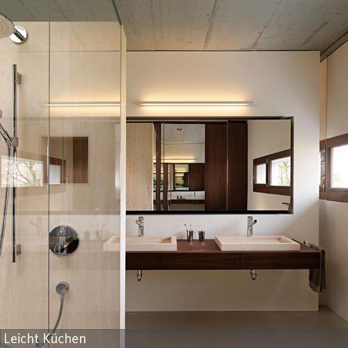 Waschtisch, Fensterrahmen und Tür in sattem Braun geben dem sonst