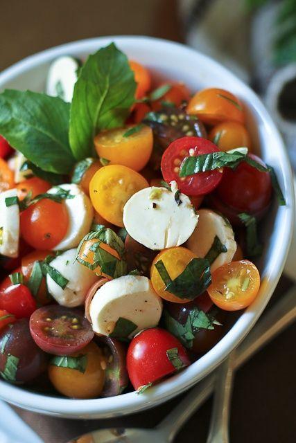 Verse salade met Tomaatjes, Basilicum, Mozzarella en olijfolie