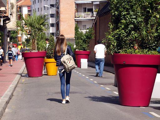 jardineras urbanas gigantes a todo color grandes macetas gigantes