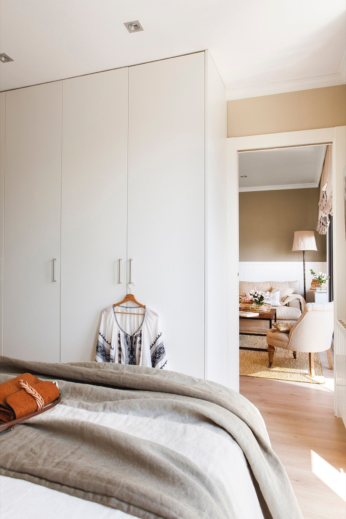 Dormitorio y salón unidos por un pequeño marco blanco | Reutilizar ...