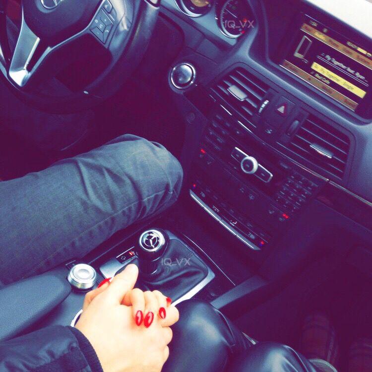 Картинки парень с девушкой руки в машине