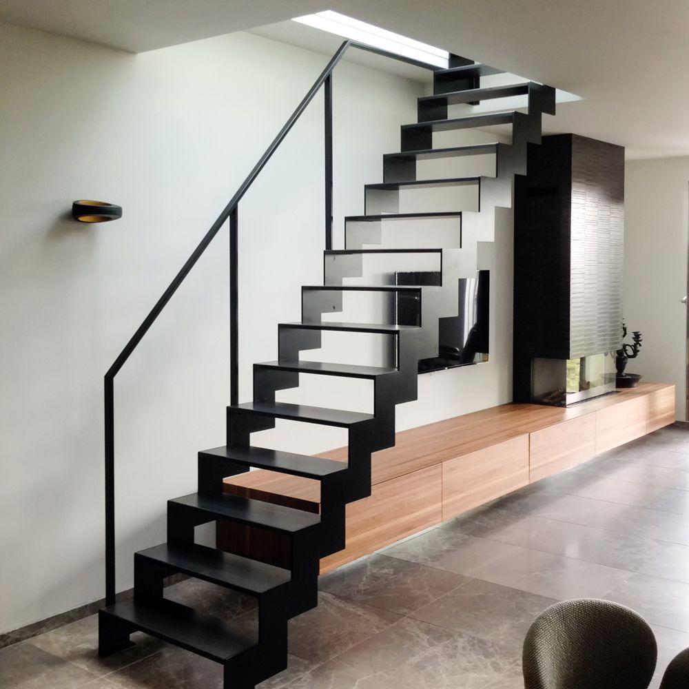 Zwarte stalen trap met open treden en strakke leuning metalen trappen pinterest compact - Ontwerp leuning ...