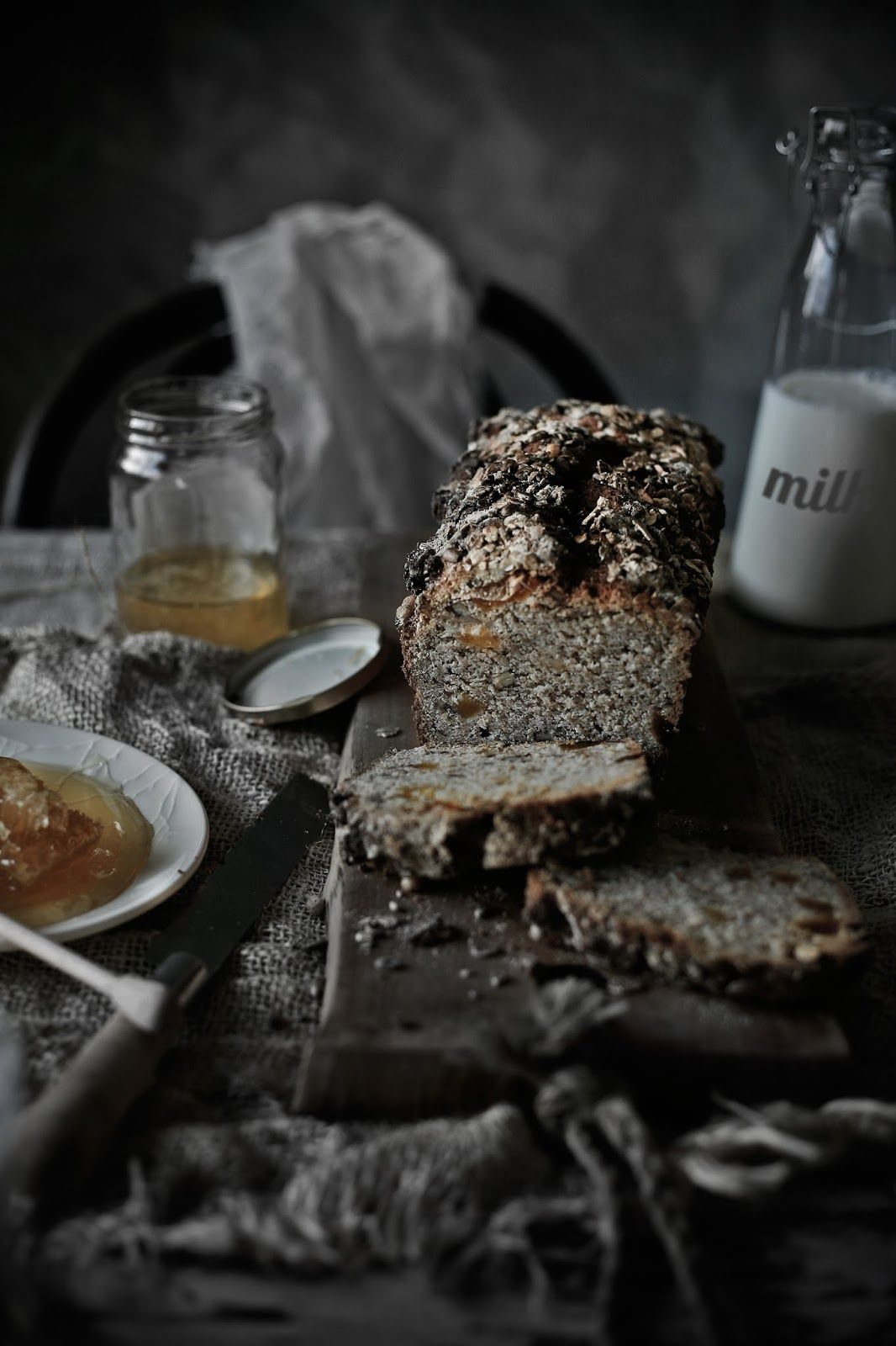 Sorghum, whole wheat bread with cottage cheese, pecans and dried apricots - Pratos e Travessas | Food, photography and stories