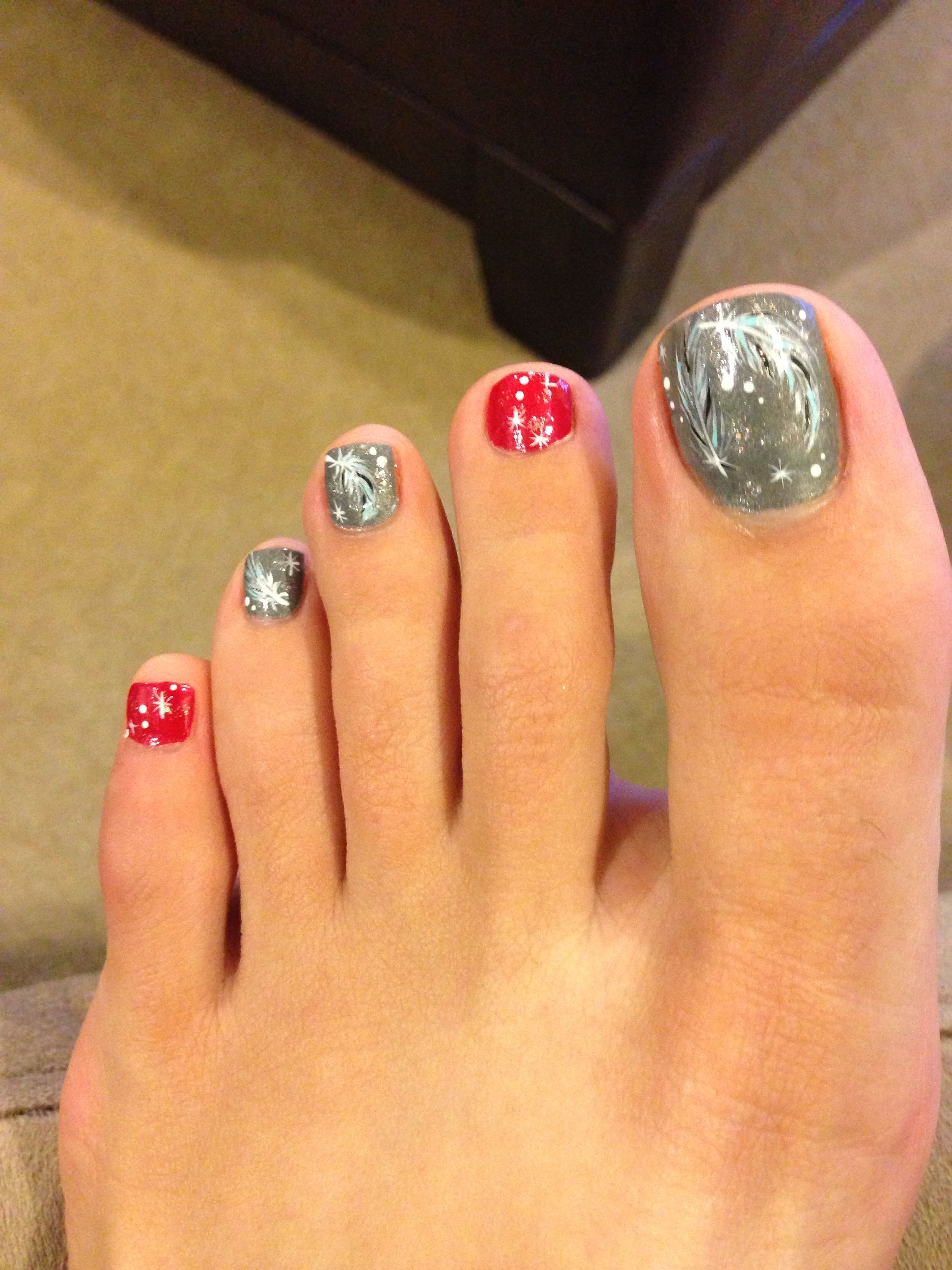 60 Pretty Christmas Toe Nail Designs For Holiday Blurmark Christmas Toes Toe Nail Designs Toe Nails