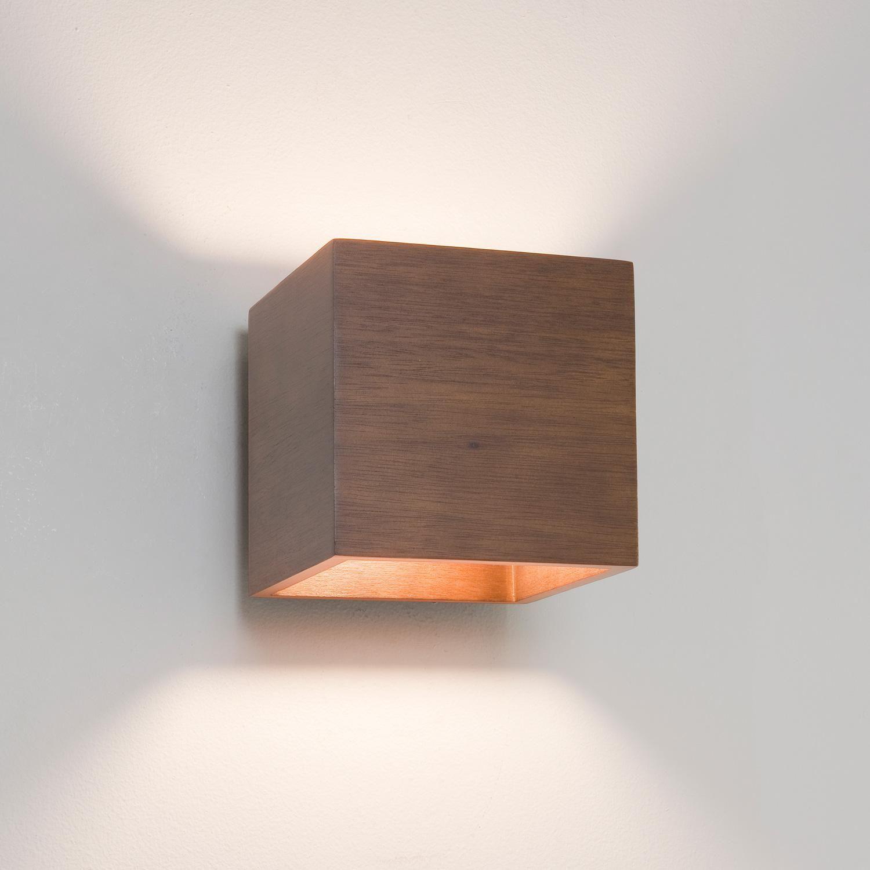Cremona una lampada da parete in legno finitura noce dalla forma cubica essenziale ed - Parete interna in legno ...