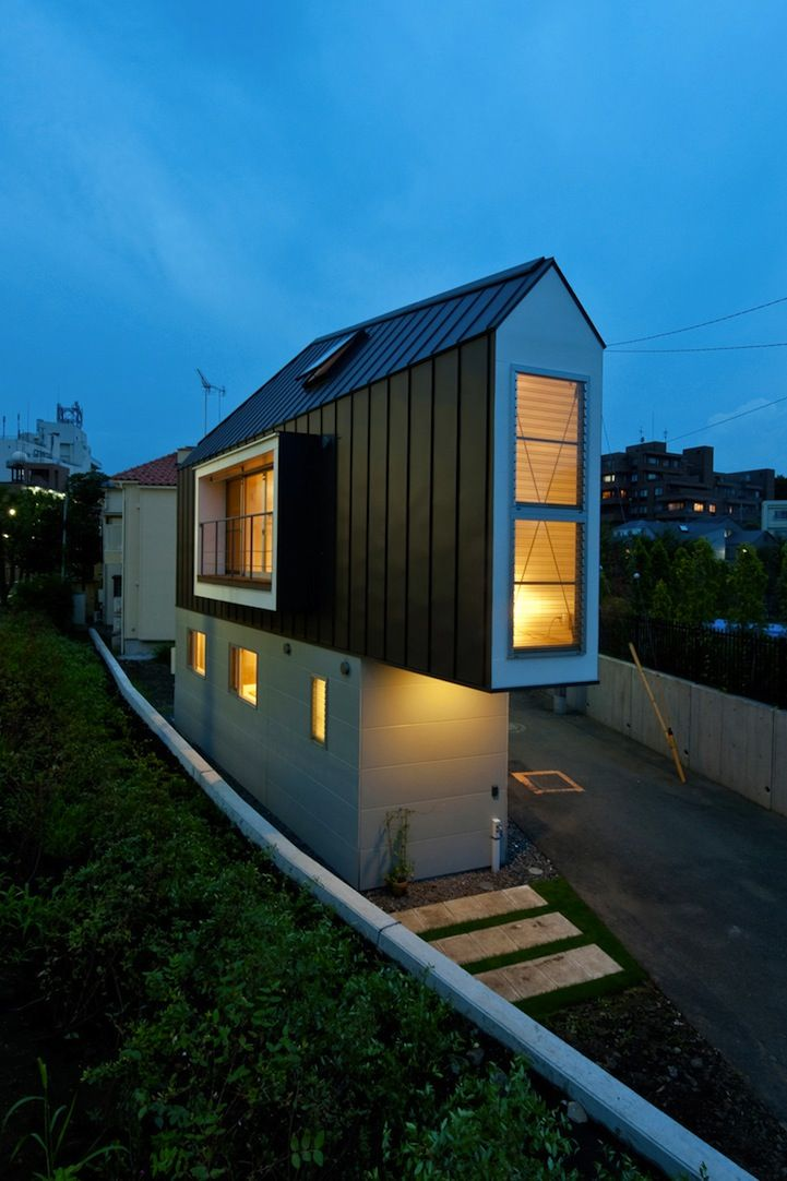 dieses schmale haus f r eine familie mit drei personen hat der architekt kota mizuishi entworfen. Black Bedroom Furniture Sets. Home Design Ideas