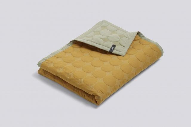 Gjør senga fin om dagen, og gir ekstra varme oppå dyna i vinternatten.