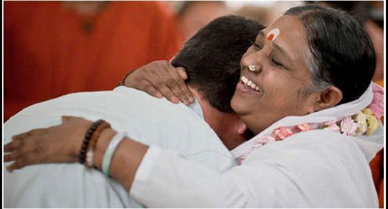 amma hug mama kerala india guru // 5 most spiritual places in India #HippieinHeels