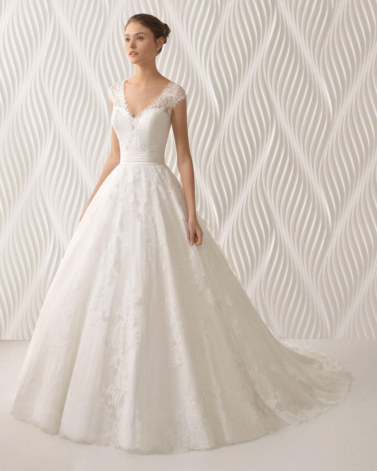 6b00b48a4e3c Abito da sposa stile principessa in pizzo con strass e tulle