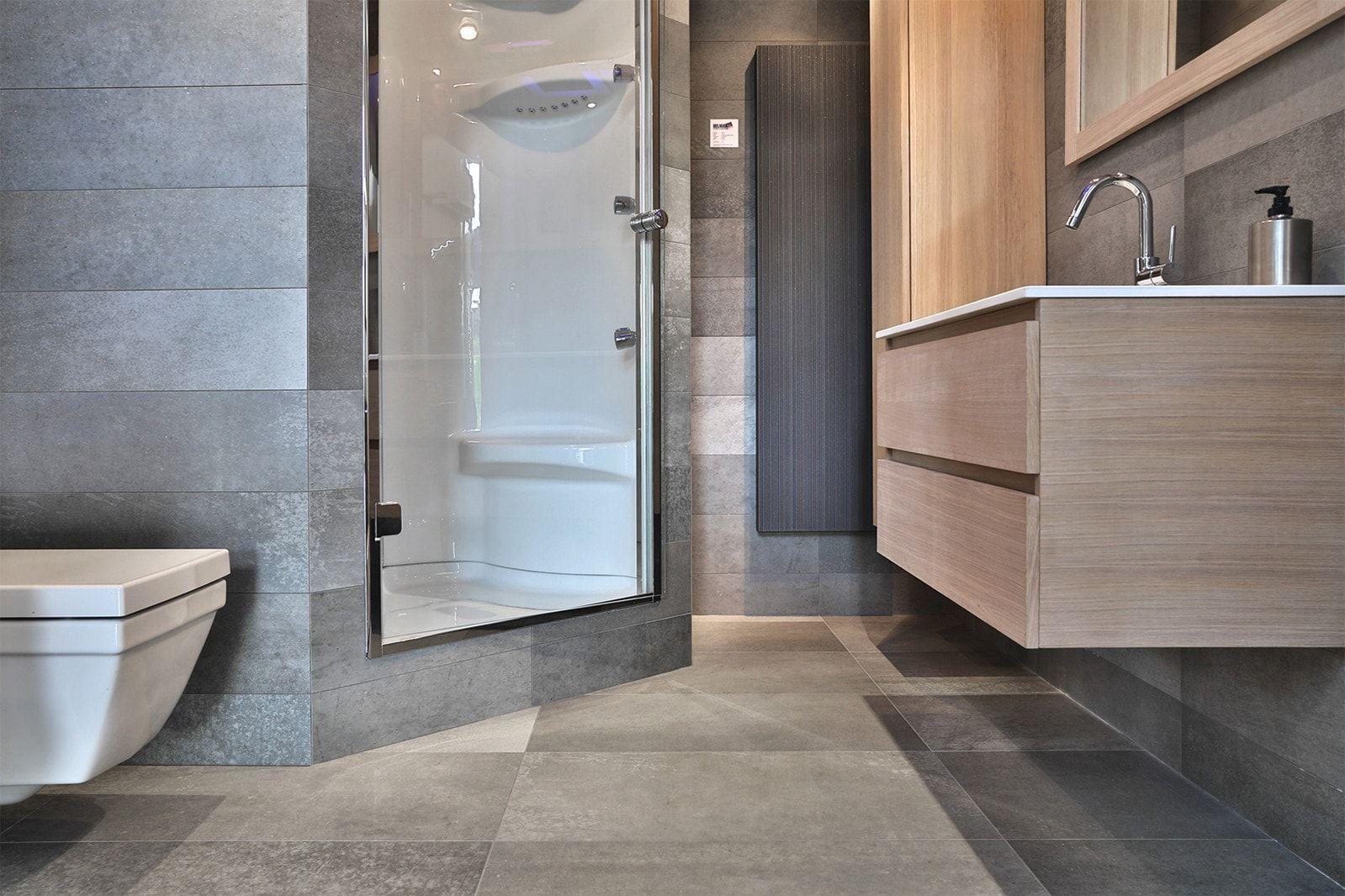 Moderne grote grijze beton tegels in de badkamer badkamer tegels