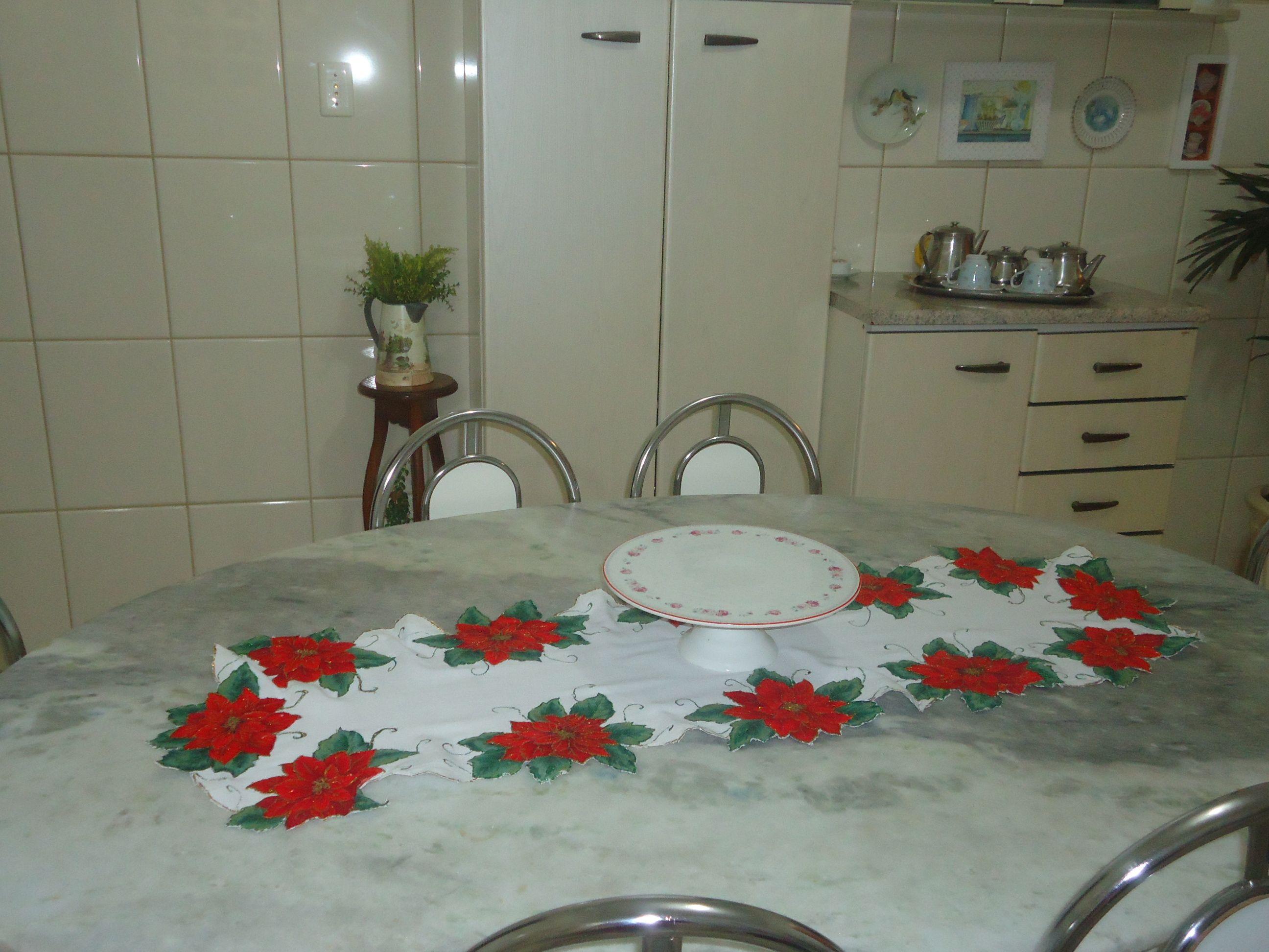 caminho de mesa com aplicações de flores natalinas