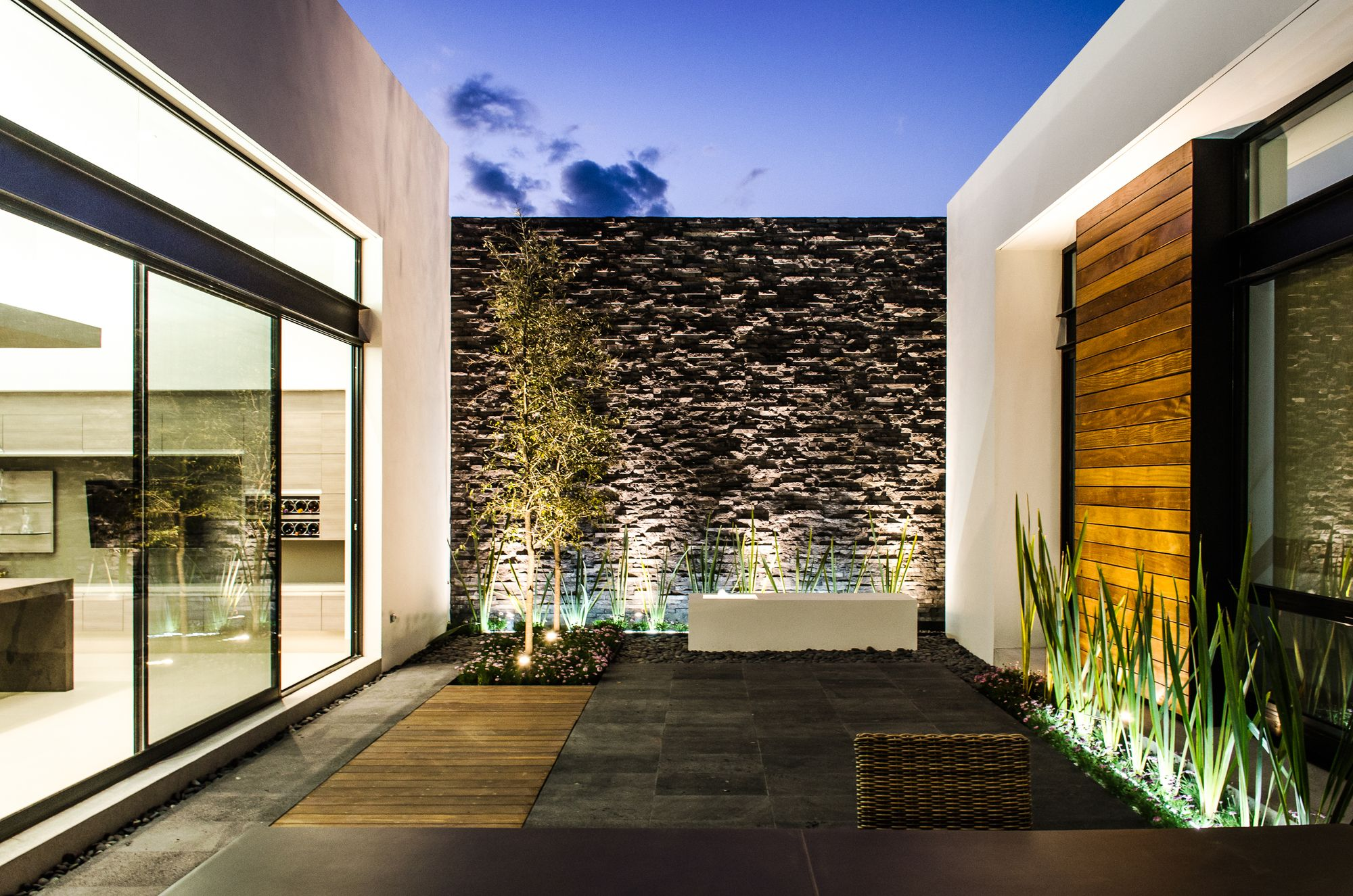 Galer a de casa agr adi arquitectura y dise o interior for Casas para patios exteriores