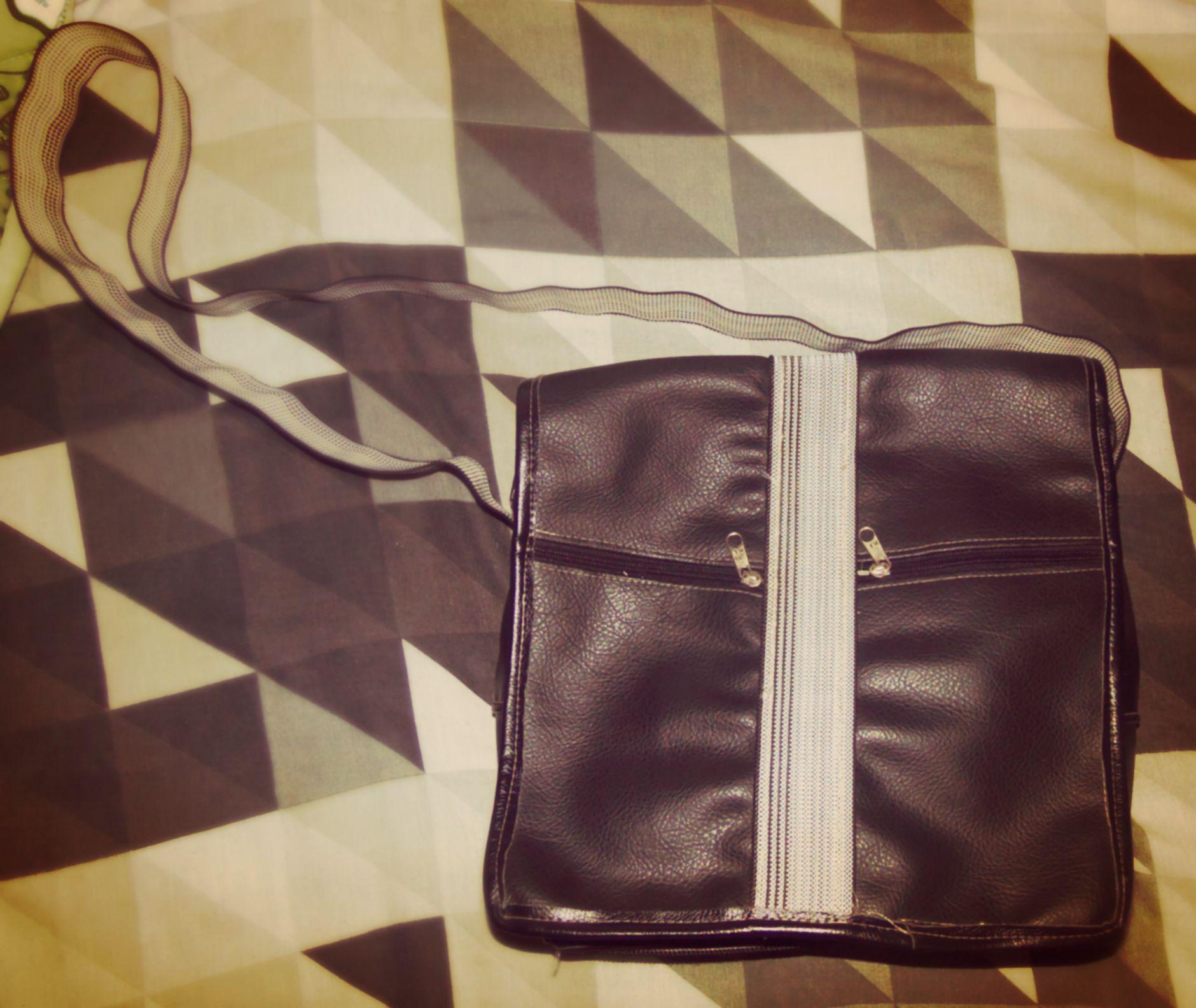 Essa bolsa criei a 1 ano atrás mais ou menos. Toda minha família já trabalhou com costura. Eu aprendi desde cedo.Ano passado resolvi comprar alguns materiais e criei essa 2 bolsas .Essa é uma delas , esse ano 2014 mexendo no guarda roupa achei ela . Agora voltei a usar.  #bag #bolsa #bolsamasculina #2013 #2014