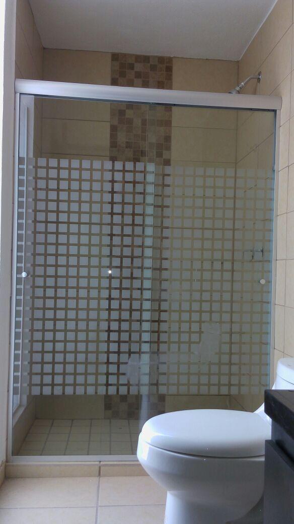 Nuestros canceles para ba o en vidrio templado y en for Banos modernos con guardas de vidrio