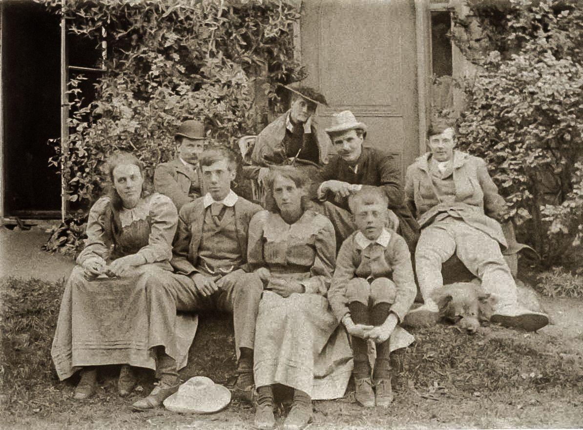 Horatio Brown, Julia Duckworth Stephen, George Duckworth, Gerald Duckworth, Vanessa, Thoby, Virginia Woolf, and Adrian Stephen and the family dog in 1892