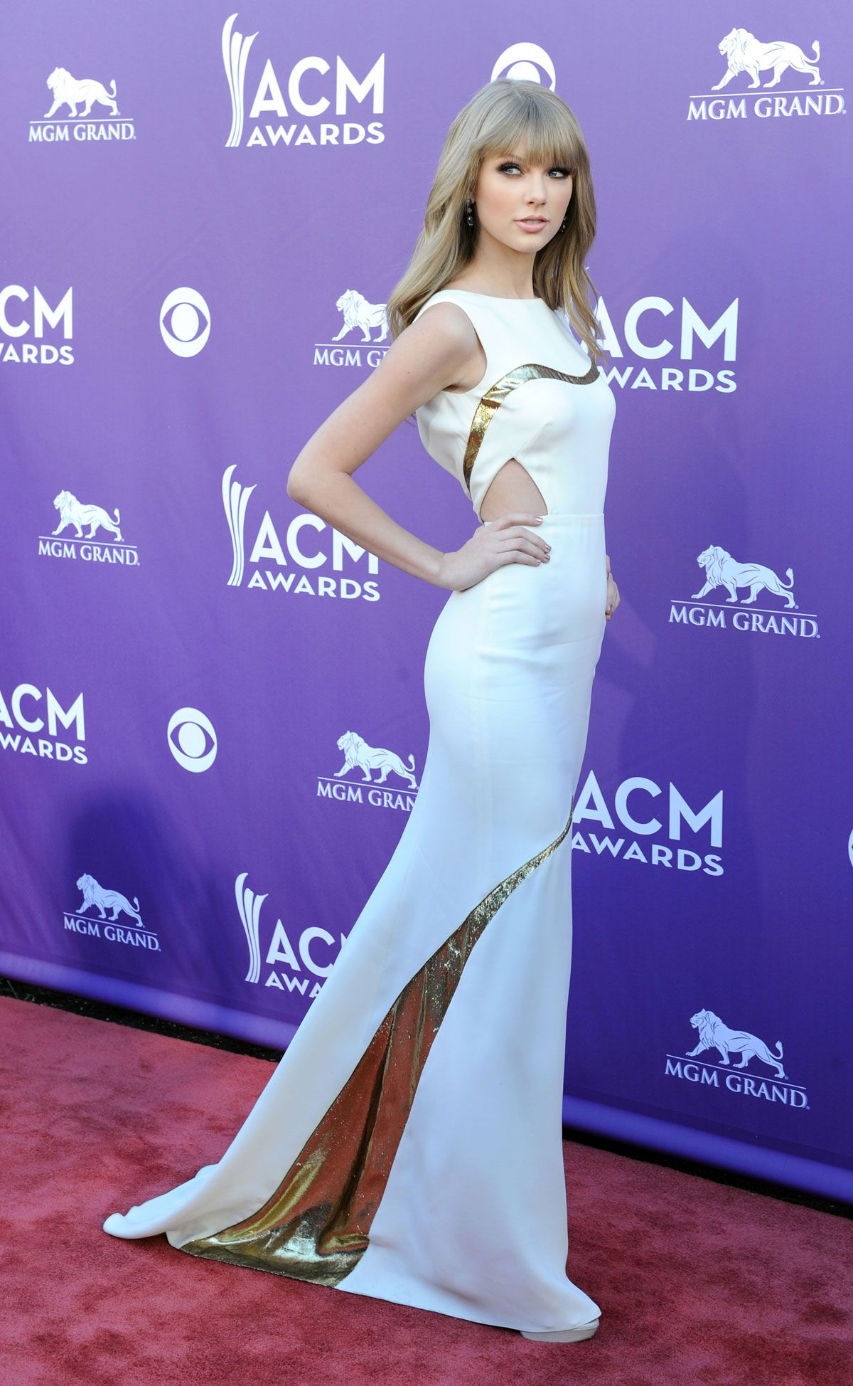 Taylor swift steps it up in sexy j mendel dress for acm awards