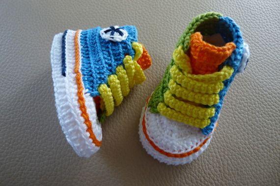 Mini converse multicolor de crochet hechos a mano con perlé
