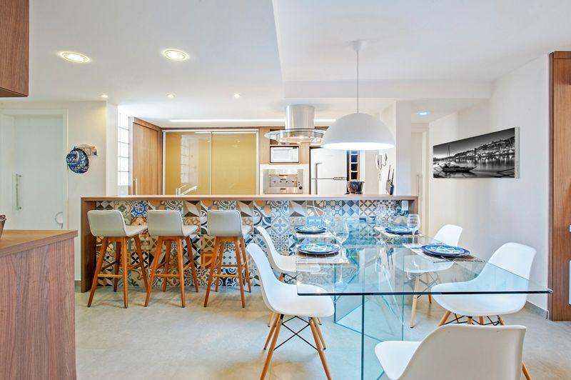 Un salon avec cuisine ouverte en tons joyeux - PLANETE DECO a homes